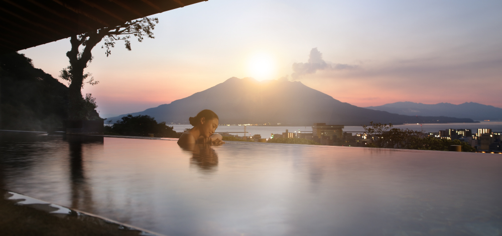 With views of Sakurajima and Kagoshima city from a height of 108 m above sea level, enjoy soaking in an outdoor onsen filled with natural hot spring water wells up from 1,000 m underground.